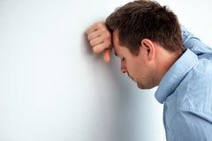 Kaukasische mens die hoofdpijn of misselijkheid voelen Stock Fotografie