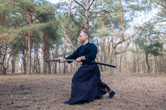 Kaukasische mens met een Japans zwaard, een katana die Iaido uitoefenen Royalty-vrije Stock Foto
