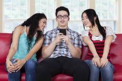 Kaukasische mens met nieuwsgierige meisjes Royalty-vrije Stock Foto