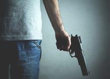 Kaukasische moordenaar met pistool Misdadig concept stock fotografie