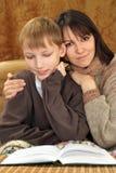 Kaukasische Mutter des schönen Glücks mit ihrem Sohn stockfotos
