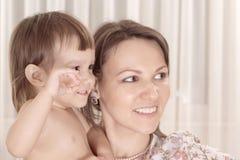 Kaukasische Mutter mit ihrer Tochter lizenzfreie stockbilder