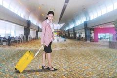 Kaukasische onderneemster die in de luchthaven lopen royalty-vrije stock foto