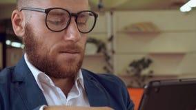 Kaukasische ondernemer die e-mail controleren op het werk stock video
