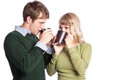 Kaukasische Paarholding-Kaffeetassen Stockfotos