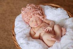Kaukasische pasgeboren baby terwijl het slapen Stock Afbeeldingen