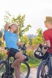 Kaukasische Radfahrer, die in Forest Surroundings in Sunny Nature stillstehen Stockfoto