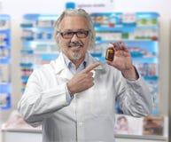 Kaukasische rijpe mannelijke apotheker op heldere achtergrond van een pharm royalty-vrije stock afbeeldingen
