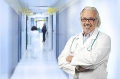 Kaukasische rijpe mannelijke arts op achtergrond Stock Afbeeldingen