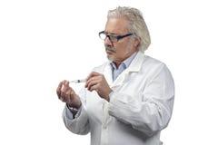 Kaukasische rijpe mannelijke arts op heldere achtergrond stock afbeeldingen