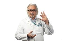 Kaukasische rijpe mannelijke arts op heldere achtergrond Royalty-vrije Stock Afbeeldingen