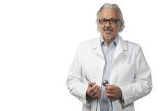 Kaukasische rijpe mannelijke arts op heldere achtergrond Stock Foto's