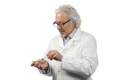 Kaukasische rijpe mannelijke arts op heldere achtergrond Royalty-vrije Stock Afbeelding