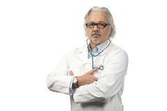 Kaukasische rijpe mannelijke arts op heldere achtergrond stock fotografie