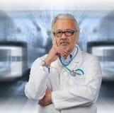 Kaukasische rijpe mannelijke arts op heldere achtergrond royalty-vrije stock foto's