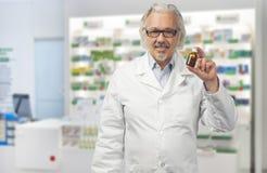 Kaukasische rijpe mannelijke arts op heldere achtergrond stock afbeelding