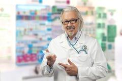 Kaukasische rijpe mannelijke arts op heldere achtergrond royalty-vrije stock foto