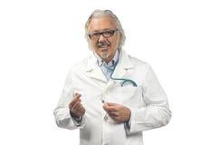 Kaukasische rijpe mannelijke arts op witte achtergrond Royalty-vrije Stock Afbeelding
