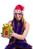 Kaukasische Sankt, die einen Geschenkkasten getrennt anbietet Lizenzfreies Stockfoto
