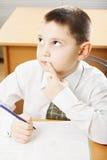Kaukasische schooljongen die omhoog kijken Royalty-vrije Stock Foto
