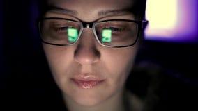 Kaukasische smartphone van het vrouwengebruik, het telefoonscherm wordt weerspiegeld in glas-sociaal netwerk, technologie, commun stock videobeelden