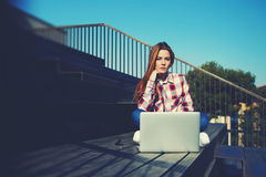 Kaukasische student die met laptop computer bij campus bestuderen Royalty-vrije Stock Afbeelding