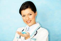 Kaukasische vrouw als artsenholding meds Stock Fotografie