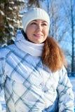 Kaukasische vrouw in de winterkleren bij zonnige dag, portret royalty-vrije stock afbeeldingen