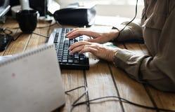Kaukasische vrouw die aan computer werken stock fotografie