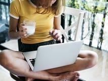 Kaukasische vrouw die computerlaptop met behulp van stock fotografie