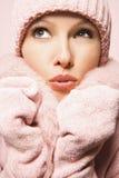 Kaukasische vrouw die de winterlaag en hoed draagt. Stock Afbeeldingen