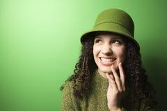 Kaukasische vrouw die groene kleding en hoed draagt. royalty-vrije stock foto's
