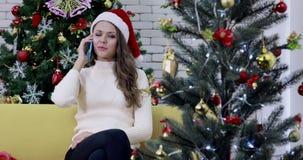 Kaukasische vrouw die op de telefoon spreken stock footage
