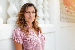 Kaukasische vrouw die weg met vertrouwen kijken stock foto's