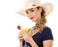 Kaukasische vrouw die zwempak, hoed dragen en drank houden Royalty-vrije Stock Afbeeldingen