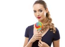 Kaukasische vrouw die zwempak, hoed en het houden dragen lollypop Royalty-vrije Stock Afbeelding