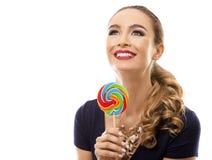 Kaukasische vrouw die zwempak, hoed en het houden dragen lollypop Royalty-vrije Stock Fotografie