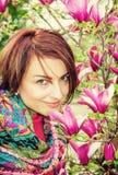 Kaukasische vrouw met bloeiende magnolia stock afbeelding