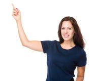 Kaukasische vrouw met vinger omhoog punt Royalty-vrije Stock Afbeeldingen