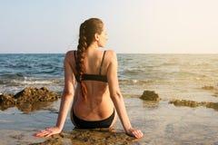 Kaukasische vrouw op het strand royalty-vrije stock afbeelding