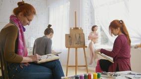 Kaukasische vrouwelijke kunstenaars die artistiek etude witn naakt model in tekeningsstudio uitvoeren stock video