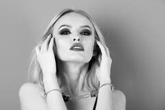 Kaukasische weibliche Mode-Modell-Aufstellung Mädchen mit den Handschellen, sexy Blondine mit den roten Lippen Lizenzfreies Stockbild
