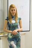 Kaukasische westelijke vrouw in qipao traditionele Chinese kleding Royalty-vrije Stock Foto's