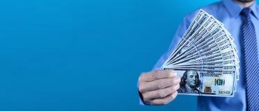 Kaukasische zakenman die geld tonen stock afbeeldingen