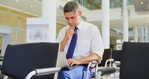 Kaukasische zakenman die laptop in het bedrijfsseminarie 4k met behulp van stock videobeelden