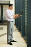Kaukasische zakenman die laptop met behulp van Royalty-vrije Stock Afbeelding