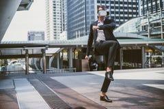 Kaukasische Zakenman gebruikend Virtuele Werkelijkheidshoofdtelefoon VR en vechtend door schop aan de lucht royalty-vrije stock afbeeldingen