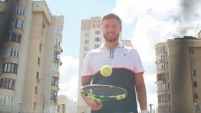 Kaukasischer bärtiger Mann, der draußen Tennis spielt stock video