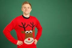 Kaukasischer erwachsener Mann, der roten Weihnachtspullover trägt stockbilder