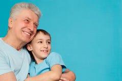Kaukasischer gealterter Mann mit einem jungen Mann Stockbild